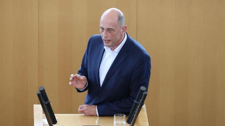 Wolfgang Tiefensee (SPD), Wirtschaftsminister von Thüringen, spricht im Landtag. Foto: Bodo Schackow/dpa-Zentralbild/dpa