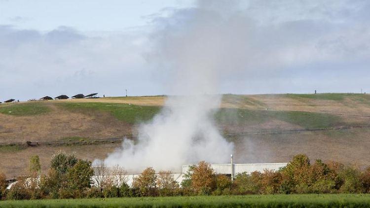 Rauch steigt von der Mülldeponie auf. Foto: Joachim Ackermann/dpa