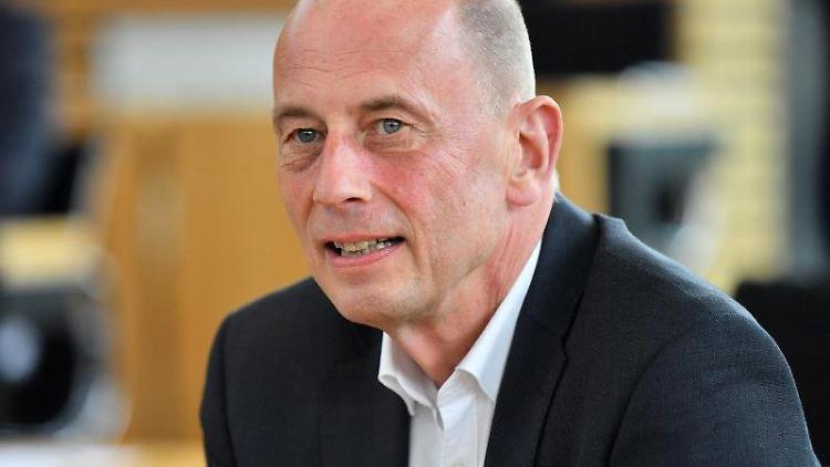 Wolfgang Tiefensee (SPD), Wirtschaftsminister von Thüringen, sitzt im Landtag. Foto: Martin Schutt/dpa-Zentralbild/dpa/Archivbild