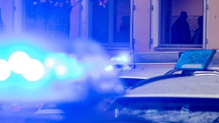Polizeifahrzeuge stehen mit Blaulicht. Foto: Armin Weigel/dpa/Symbolbild