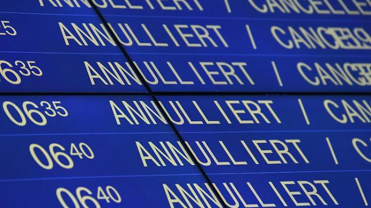 Annulierte Flüge sind auf dem Flughafen in Stuttgart auf der Anzeigetafel vermerkt. Foto: Marijan Murat/dpa/Archivbild
