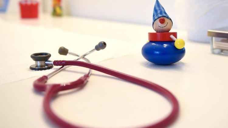 Ein Stethoskop neben Kinderspielzeug. Foto: Britta Pedersen/dpa-Zentralbild/dpa/Symbolbild