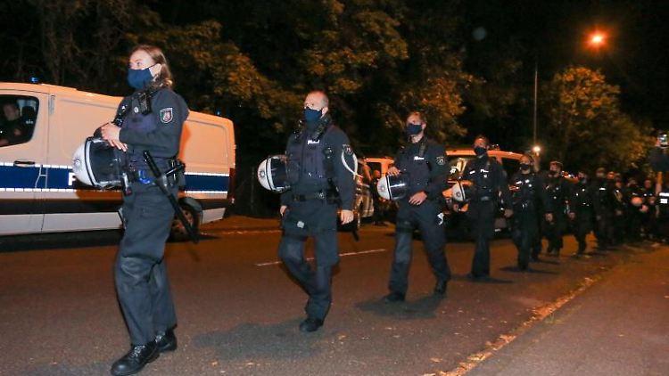 Einsatzhundertschaften der Polizei an der Hollandwiese in Aachen, wo sich das Camp befindet. Foto: Ralf Roeger/dpa