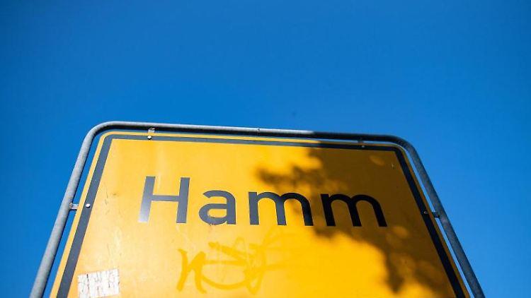 Auf einem Ortsschild steht der Schriftzug Hamm. Foto: Guido Kirchner/dpa