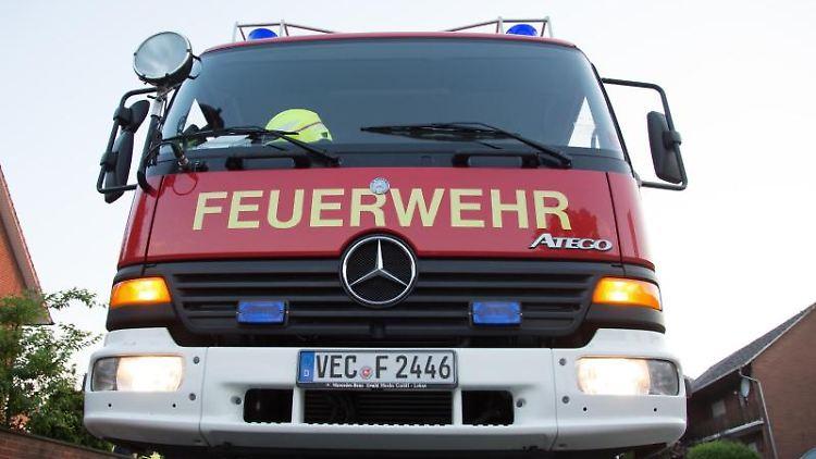 Ein Feuerwehrwagen steht bereit. Foto: picture alliance / dpa