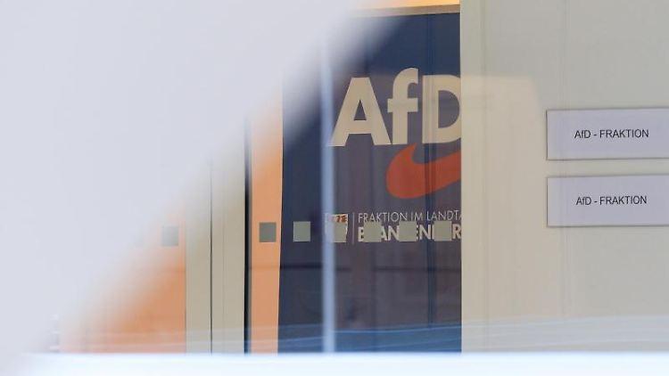 Das Logo der Partei Alternative für Deutschland (AfD) ist am Eingang zur Landtags-Fraktion angebracht. Foto: Soeren Stache/dpa-Zentralbild/dpa