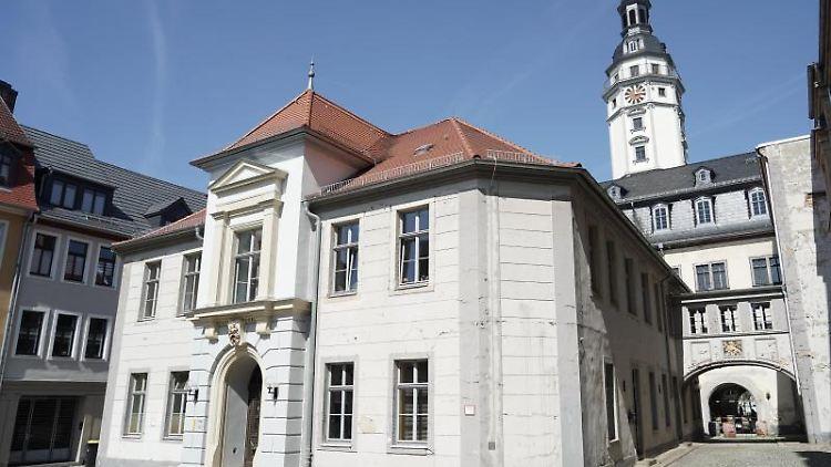Blick auf das Rathaus der Stadt. Foto: Jörg Carstensen/dpa/Archivbild