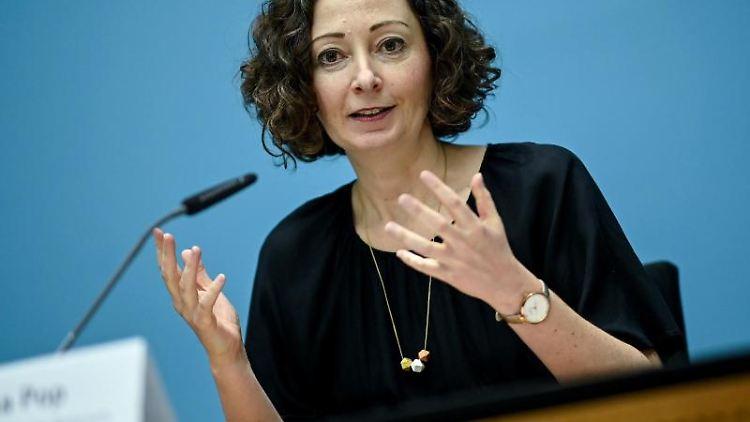 Ramona Pop (Bündnis 90/Die Grünen) spricht bei einer Pressekonferenz. Foto: Britta Pedersen/dpa-Zentralbild/dpa/Archivbild