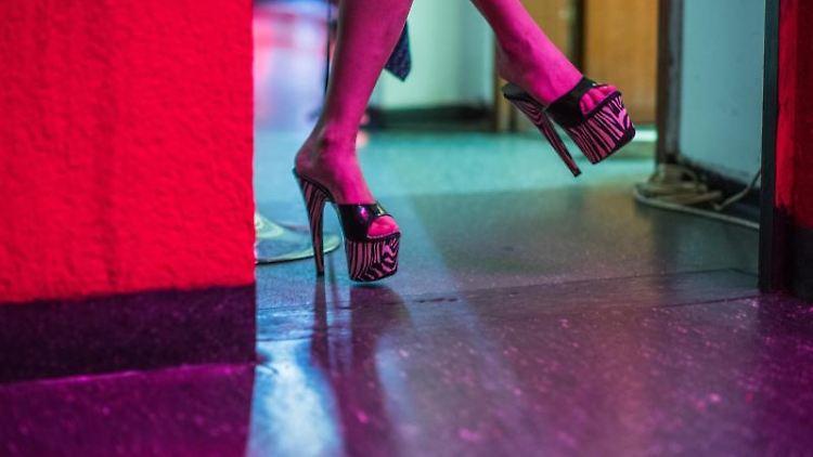 Eine Prostituierte wartet auf ihrem Zimmer. Foto: Andreas Arnold/dpa/Symbolbild