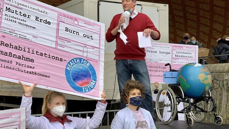 Eckart von Hirschhausen spricht bei einer Fridays for Future-Demo. Foto: Peter Zschunke/dpa