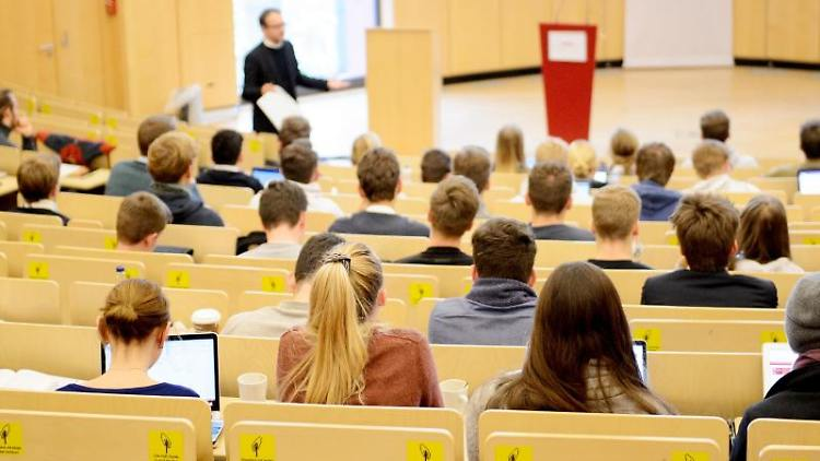 Studierende sitzen in einem Hörsaal. Foto: Daniel Reinhardt/dpa/Symbolbild