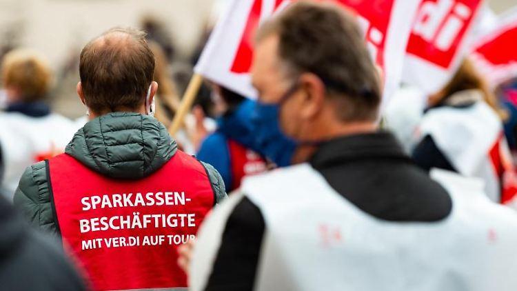 Mitarbeiter aus dem öffentlichen Dienst streiken auf dem Marktplatz in Lüneburg. Foto: Philipp Schulze/dpa/Aktuell