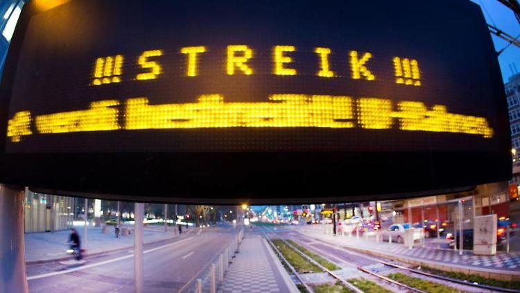 Ein Hinweis auf den Streik steht auf einer Anzeigetafel. Foto: Martin Gerten/dpa/Archiv