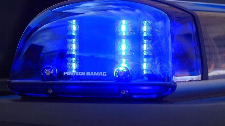 Das Blaulicht eines Funkstreifenwagens blinkt. Foto: Jens Wolf/dpa-Zentralbild/dpa