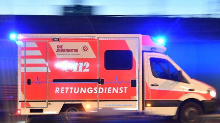 Ein Rettungswagen ist mit eingeschaltetem Blaulicht im Einsatz. Foto: Boris Roessler/dpa/Symbol