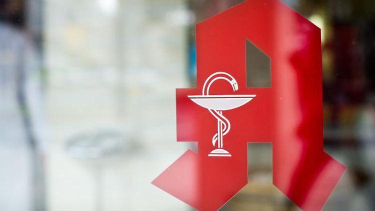 Das Apothekenzeichen ist an einer Apotheke zu sehen. Foto: Ole Spata/picture alliance/dpa/Archivbild/