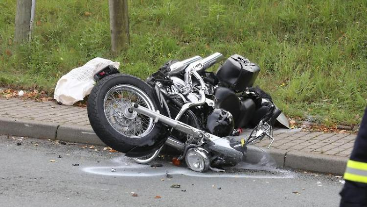 Ein verunfalltes Motorrad liegt neben einer Straße. Foto: Bodo Schackow/dpa-Zentralbild/dpa