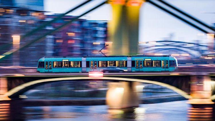 Ein Straßenbahn fährt über die Ignatz-Bubis-Brücke. Foto: Frank Rumpenhorst/dpa/Symbolbild
