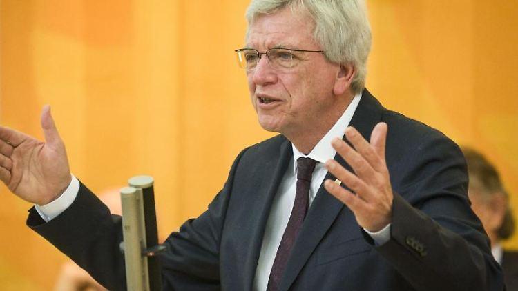 Hessens Ministerpräsident Volker Bouffier (CDU) spricht im Landtag. Foto: Frank Rumpenhorst/dpa/Archivbild