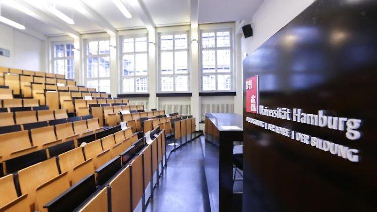 Blick in einen Hörsaal der Universität Hamburg. Foto: Ulrich Perrey/dpa/Archivbild