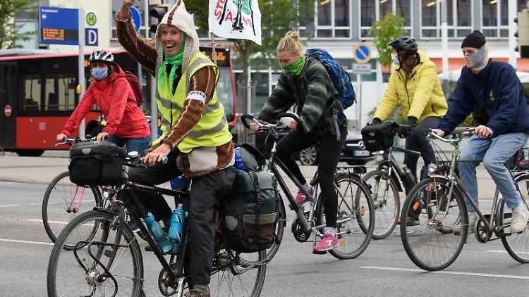 Radfahrer starten vor dem Kasseler Hauptbahnhof die Fahrrad-Demo in Richtung der A49. Foto: Swen Pförtner/dpa
