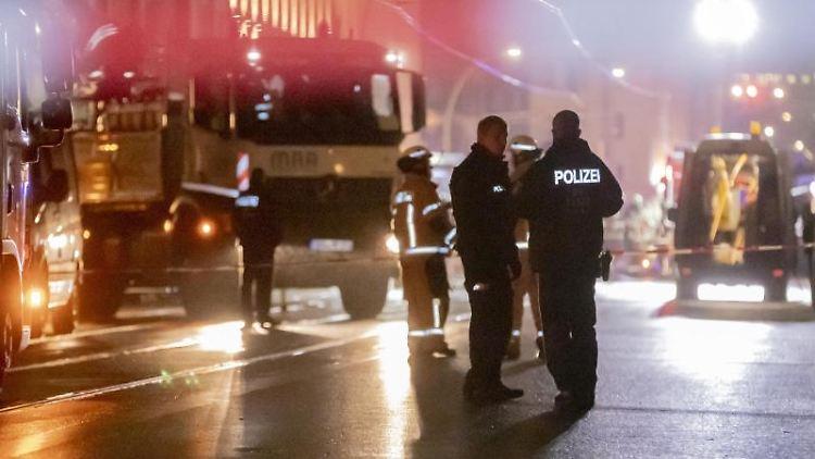Einsatzkräfte sind wegen eines Gaslecks auf der Brunnenstraße im Einsatz. Foto: Christoph Soeder/dpa