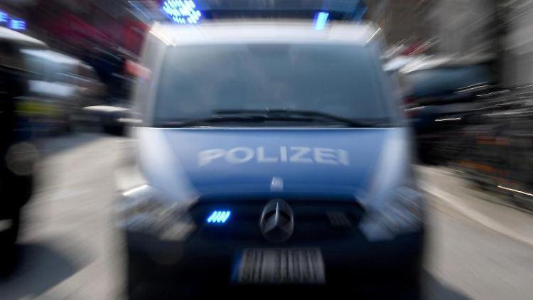 Polizeiwagen mit Blaulicht. Foto: Carsten Rehder/dpa/Symbolbild