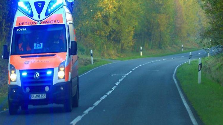 Rettungswagen im Einsatz. Foto: Jens Wolf/dpa-Zentralbild/dpa/Symbolbild