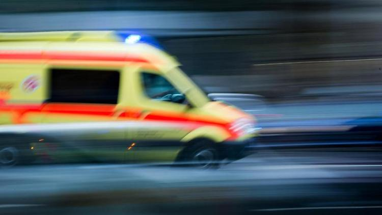 Ein Krankenwagen fährt mit Blaulicht bei einem Einsatz über die Straße. Foto: Arno Burgi/dpa-Zentralbild/dpa/Symbolbild