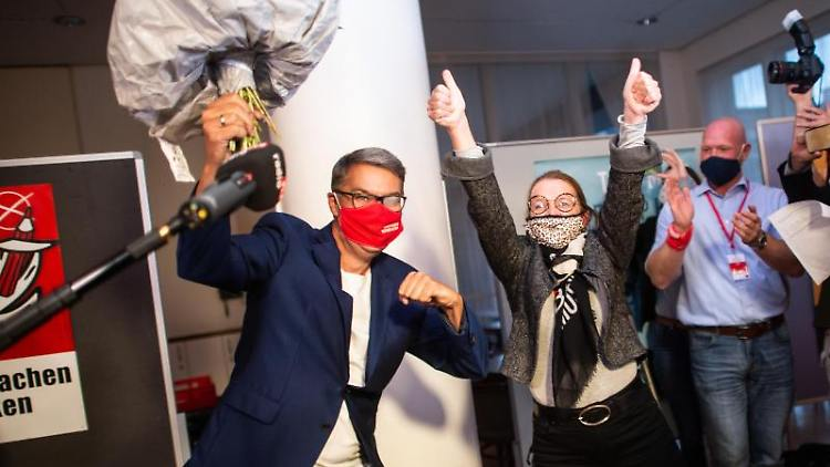 Thomas Westphal (SPD, l), Oberbürgermeisterkandidat, und Nadja Lüders (SPD, M), Generalsekretärin NRW-SPD, jubeln. Foto: Jonas Güttler/dpa