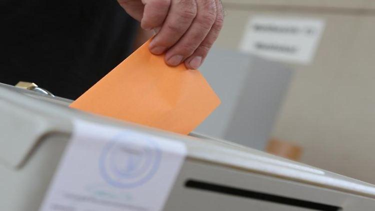 Ein Mann gibt in einem Wahllokal seine Stimme ab. Foto: Matthias Bein/dpa-Zentralbild/ZB/Symbolbild