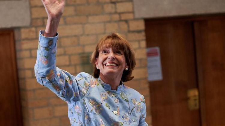 Henriette Reker, Oberbürgermeisterin von Köln (parteilos) winkt im Rathaus Unterstützern zu. Foto: Henning Kaiser/dpa