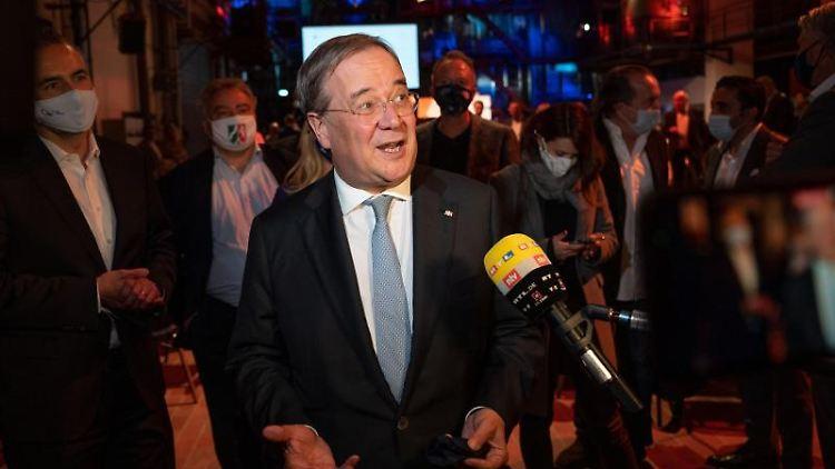 NRW-Ministerpräsident Armin Laschet (CDU) gibt ein Interview. Foto: Bernd Thissen/dpa