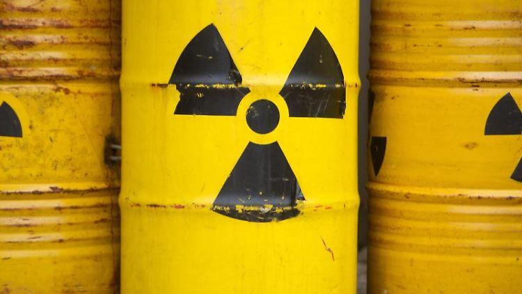 Auf gelben Tonnen ist das Radioaktiv-Zeichen aufgemalt. Foto: Sebastian Kahnert/dpa/Symbolbild