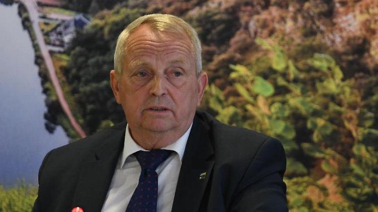 MV-Umweltminister Till Backhaus (SPD) gibt ein Statement. Foto: Harald Tittel/dpa/Archivbild