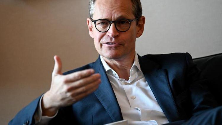 Michael Müller (SPD) gestikuliert. Foto: Britta Pedersen/dpa-Zentralbild/dpa