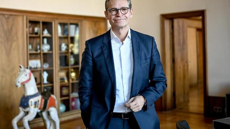 Michael Müller (SPD) posiert für einFoto. Foto: Britta Pedersen/dpa-Zentralbild/dpa