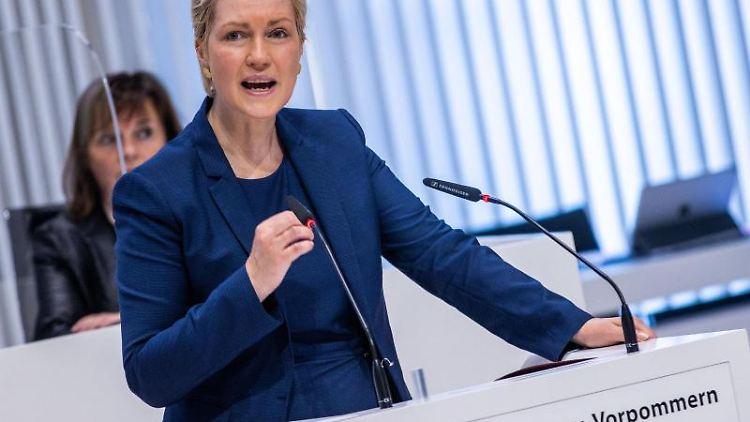 Manuela Schwesig (SPD) gestikuliert bei einer Rede. Foto: Jens Büttner/dpa-Zentralbild/dpa//Archivbild
