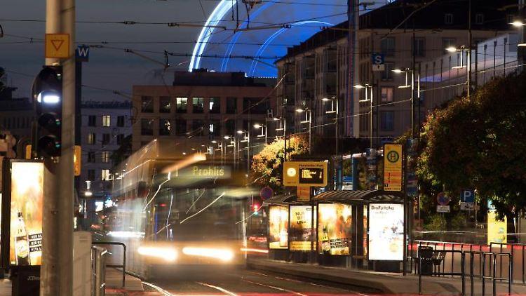 Eine Straßenbahn fährt die Wilsdruffer Straße in Dresden entlang. Foto: Sebastian Kahnert/dpa-Zentralbild/ZB/Archivbild