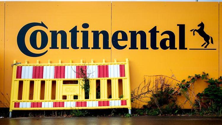 Eine Absperrung steht an der Baustelle der neuen Konzernzentrale von Continental. Foto: Hauke-Christian Dittrich/dpa/Archiv