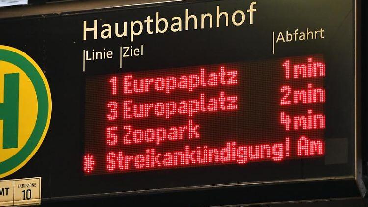 Auf einem Laufband eienr Anzeigetafel im Erfurter Hauptbahnhof läuft eine Streikankündigung. Foto: Martin Schutt/dpa-Zentralbild/dpa