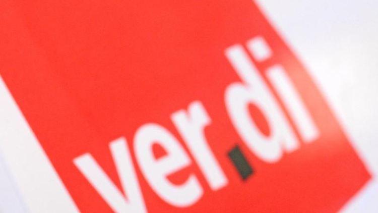Ein Mann hat vor einem Verdi-Logo eine Trillerpfeife im Mund. Foto: Patrick Seeger/dpa/Symbolbild