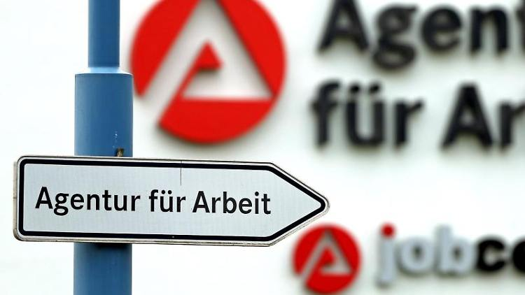 Ein Schild weist den Weg zur Agentur für Arbeit. Foto: Jan Woitas/dpa-Zentralbild/dpa/Archivbild