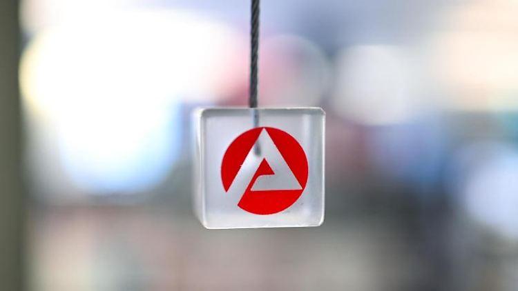 Auf einem transparenten Würfel ist das Logo der