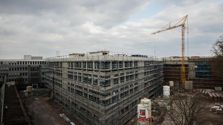 Die Fassade des Forschungs- und Museumsneubaus ist komplett eingerüstet. Foto: Andreas Arnold/dpa/Archivbild