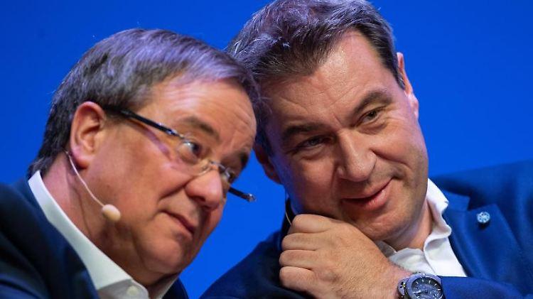 Armin Laschet (CDU, l), NRW-Ministerpräsident, und Markus Söder (CSU), Bayerns Ministerpräsident. Foto: Guido Kirchner/dpa/Archiv