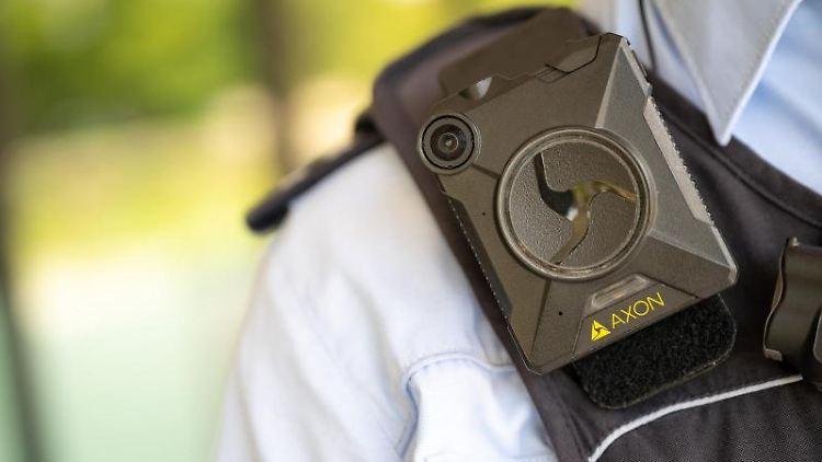 Ein Polizeibeamter trägt eine Bodycam. Foto: Sebastian Gollnow/dpa/Archivbild