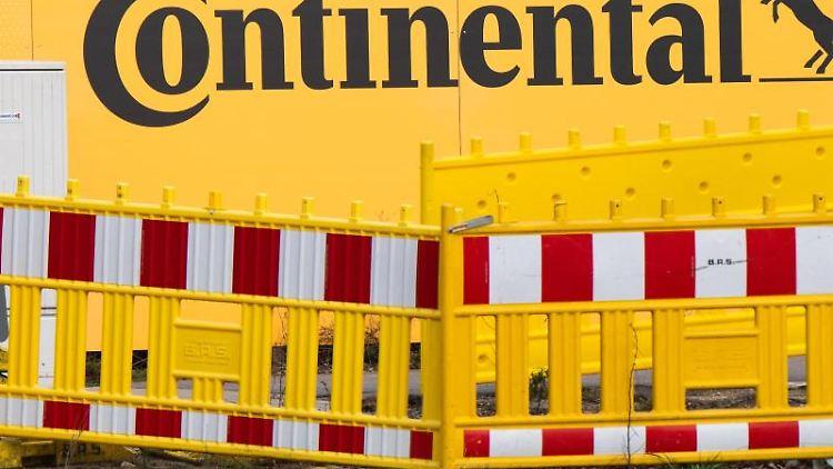 Ein Bauzaun mit dem Logo von Continental. Foto: Julian Stratenschulte/dpa/Archivbild