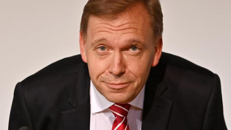 Matthias Hey (SPD) bei einer Pressekonferenz. Foto: Martin Schutt/dpa-Zentralbild/dpa/Archivbild