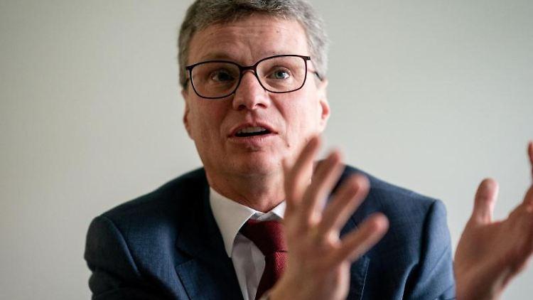 Bernd Sibler (CSU) spricht während eines Interviews. Foto: Kay Nietfeld/dpa/Archivbild